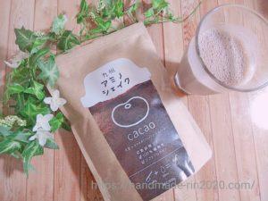 九州アミノシェイクが入った袋と 豆乳と混ぜ合わせたアミノシェイクの液体がグラスに注がれたものが並んで置いてあります