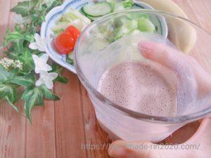 九州アミノシェイクと豆乳を混ぜた物と野菜サラダとバナナが写っています