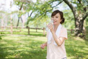 運動後に水分を摂る女性