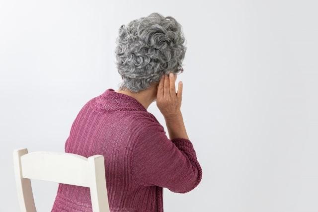 耳が聴こえにくい様子の高齢女性